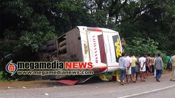 Honnavar:16 injured as Mangaluru bound VRL bus overturns | Mega