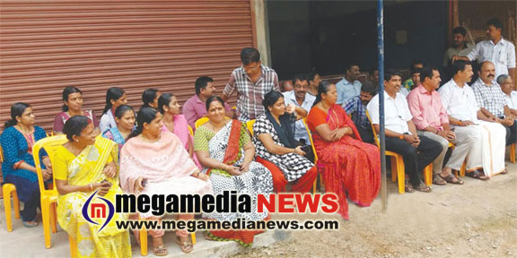 Poeple protests against liquor outlet , sent back the liquor consignment