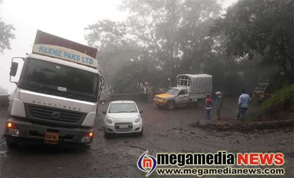 Lorry collapses in Charmadi  – Hundreds of vehicles stranded